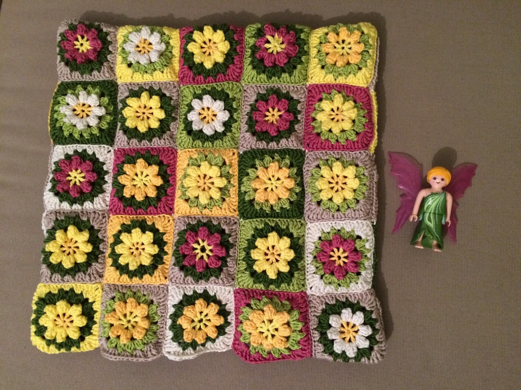 anleitung h kelkissen aus granny squares lila erdbeere. Black Bedroom Furniture Sets. Home Design Ideas