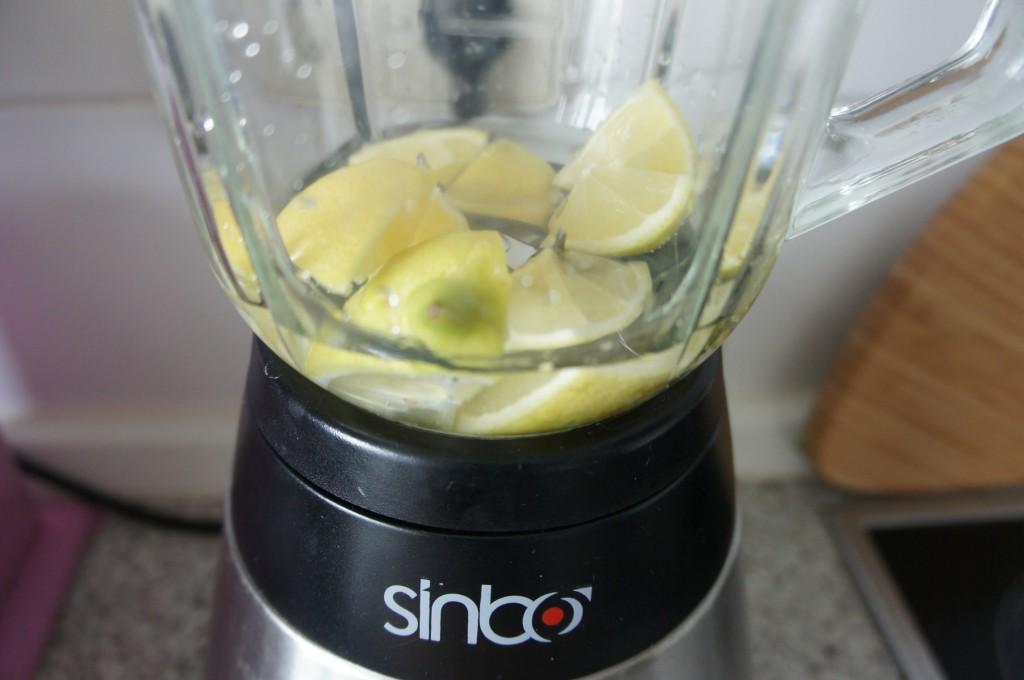 Zitronen und Wasser im Mixer