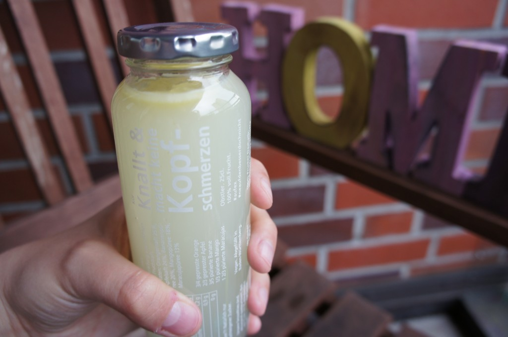 fertige Zitronenlimonade in der Flasche